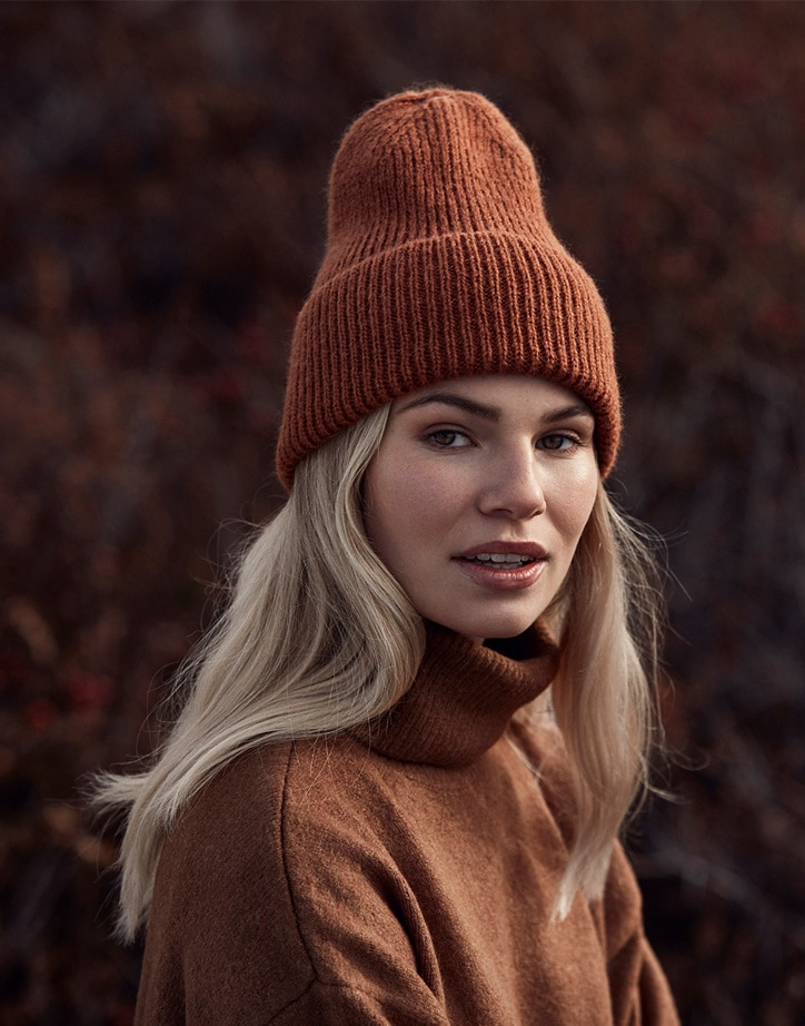 Molly: <br>Fluffy high beanie wide fold up