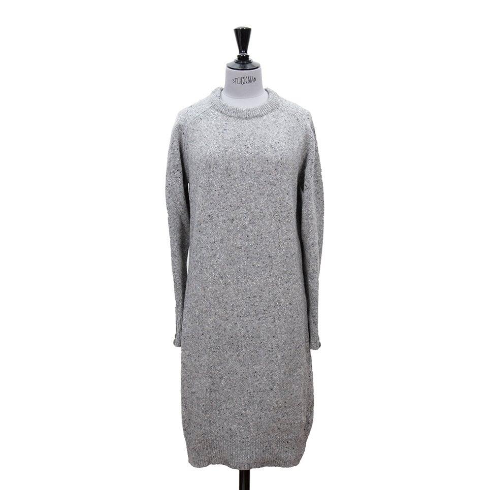Grå stickad klänning i melerat garn, fina knappar vid ärmslut