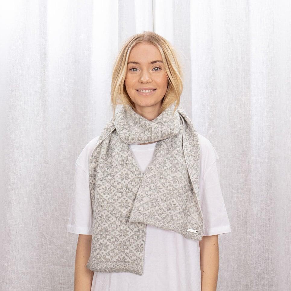 Ljusgrå halsduk med stjärnmönster