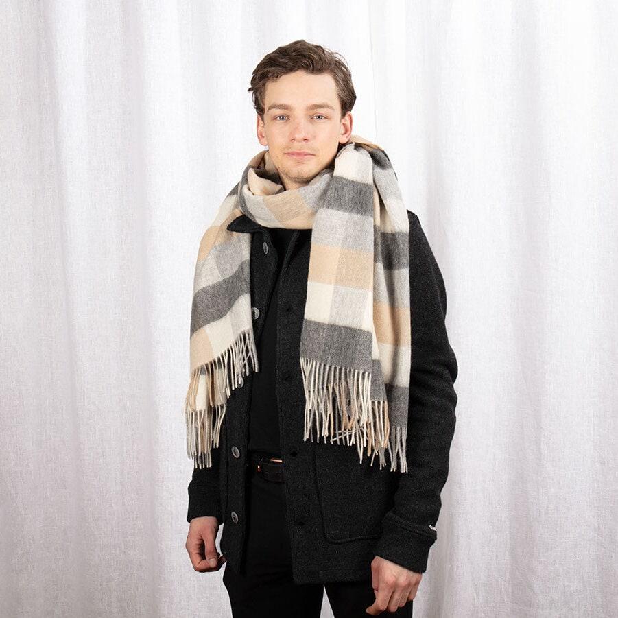 Stor rutmönstrad halsduk i vitt, grått och beige