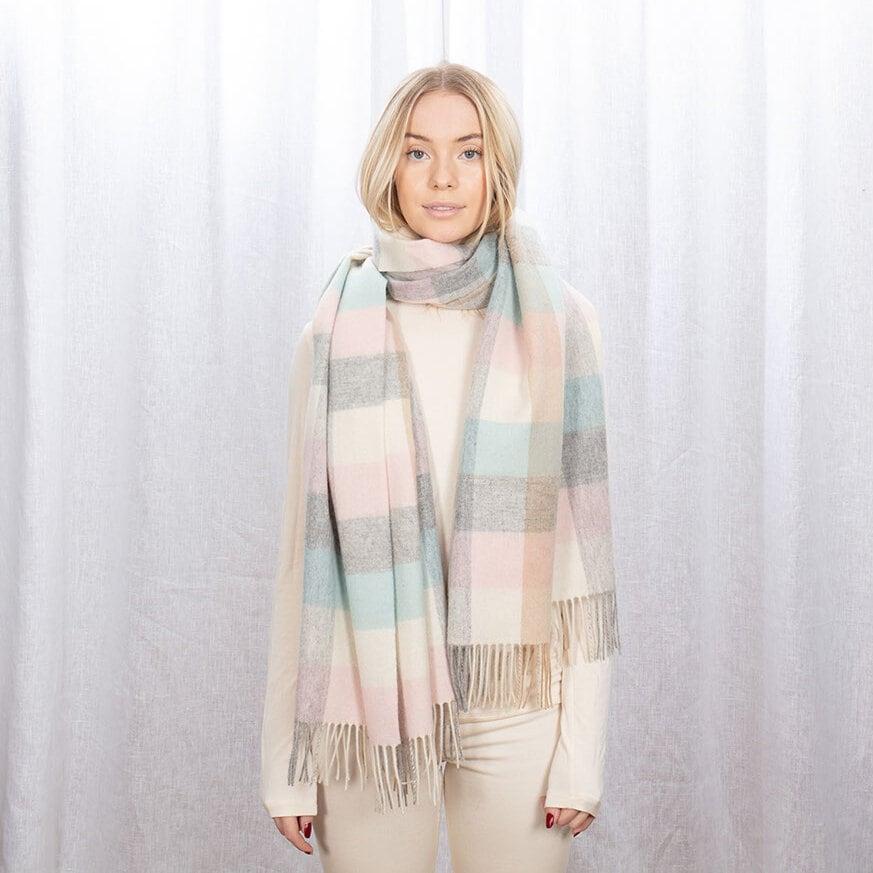 Stor rutmönstrad halsduk i pastellfärger