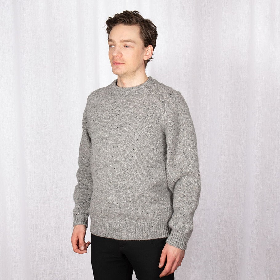 Ljusgrå stickad tröja i melerat garn och muddar