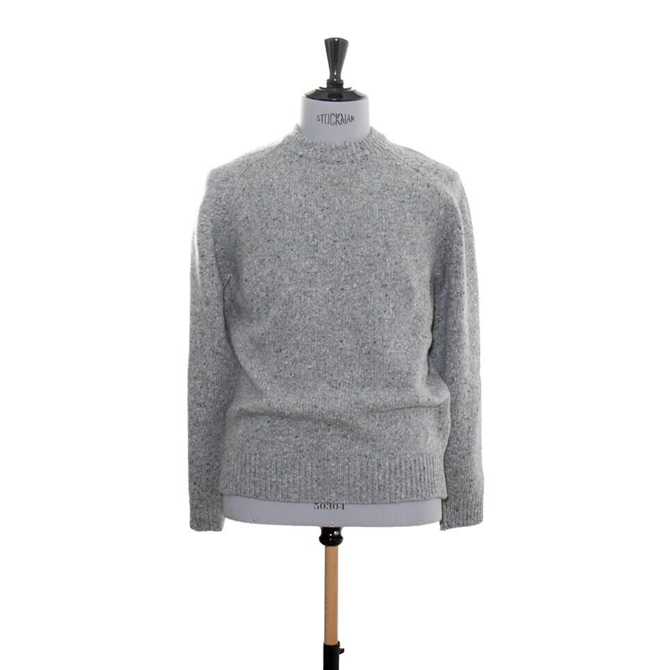 En rejäl, grå stickad tröja för herr tillverkad i mjukt garn som har en tweedkänsla