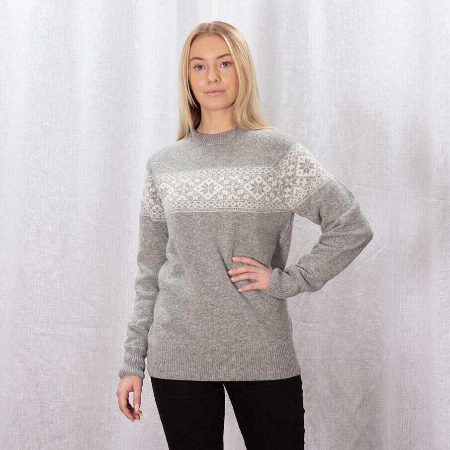 Ljusgrå stickad tröja med vårt klassiska stjärnmönster