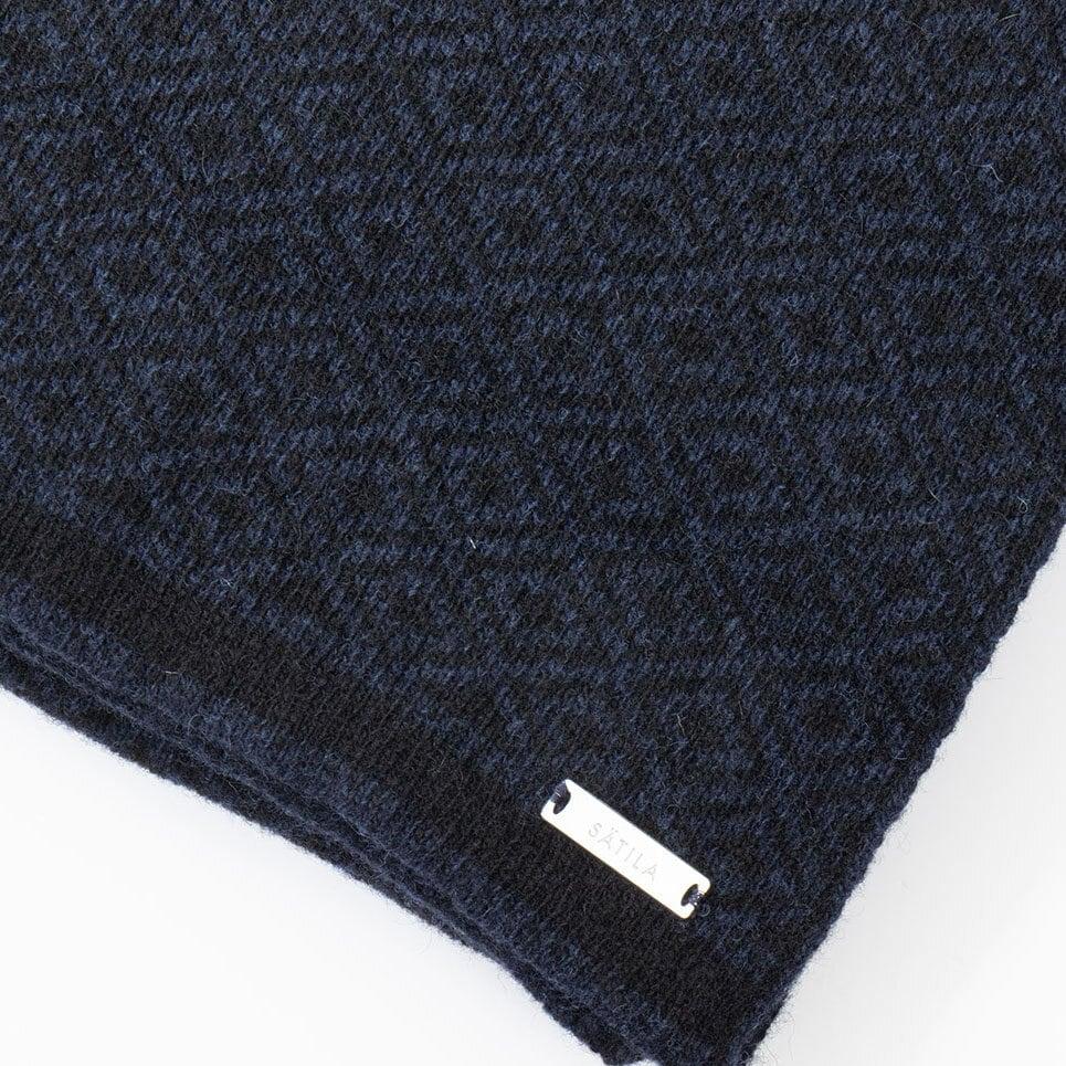 Svart och mörkblå halsduk, närbild på mönstret och Sätilas metallabel