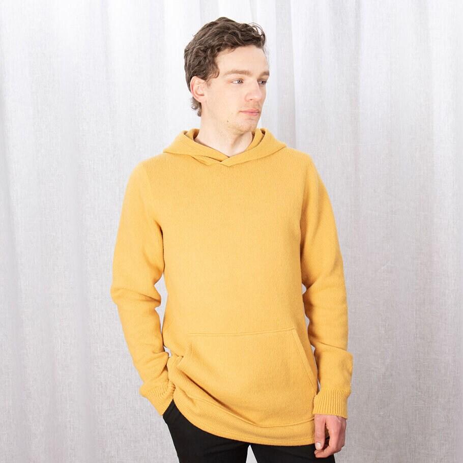 Gul stickad hoodie med magficka och luva