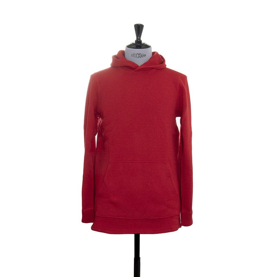 En röd stickad hoodie för både dam och herrmed en stor magficka och en rejäl luva
