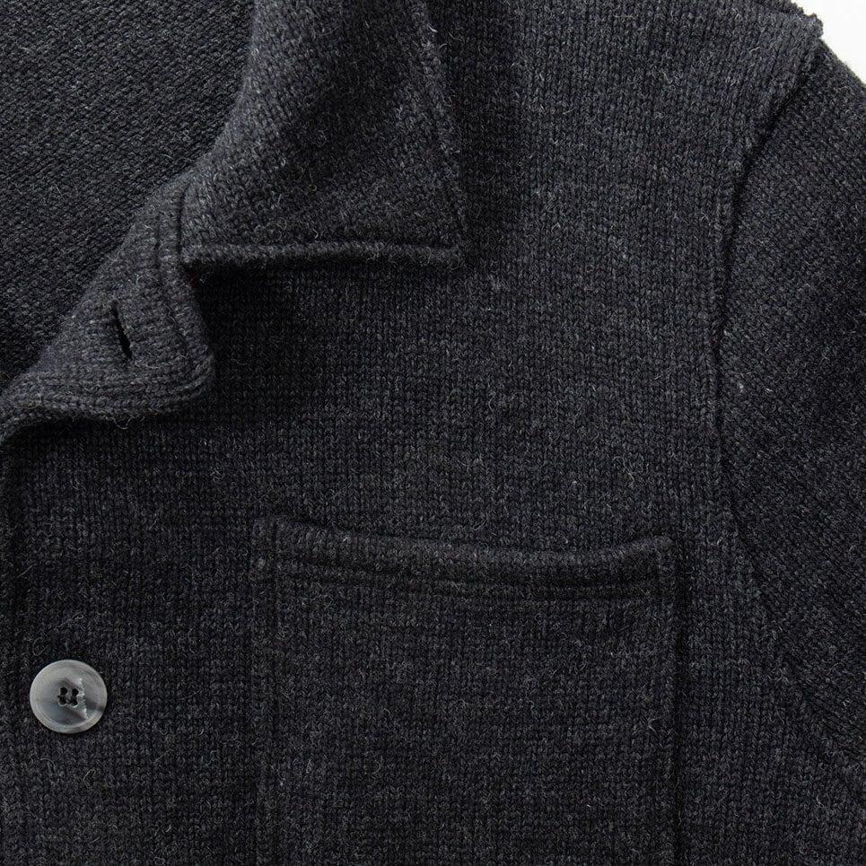 Mörkgrå stickad jacka för herr i modern design med fina utanpåliggande fickor och fina knappar