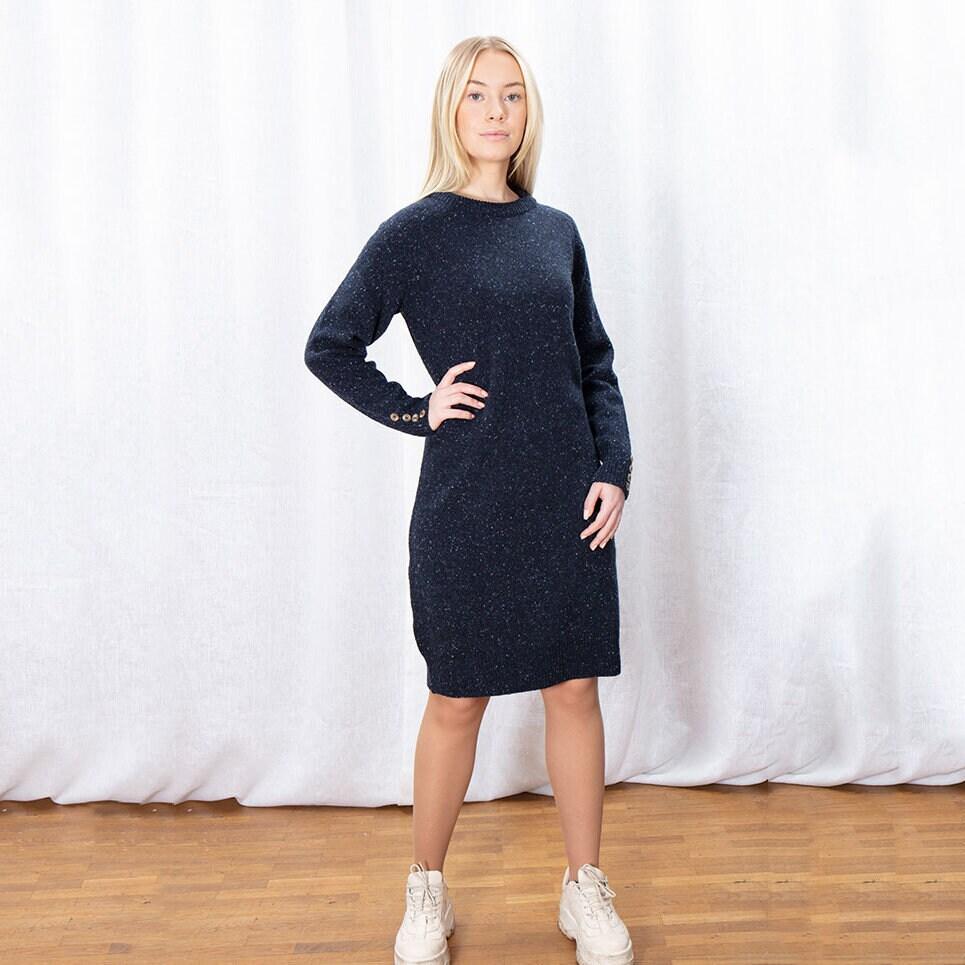 Mörkblå stickad klänning i melerat garn