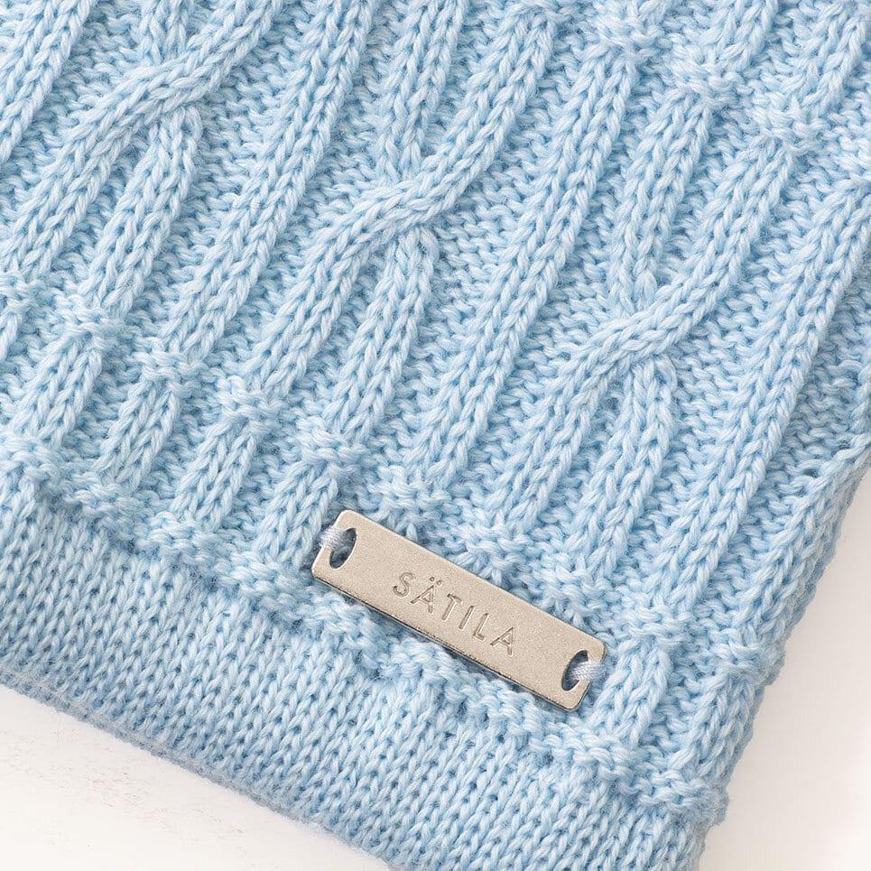 Ljusblått flätat pannband närbild