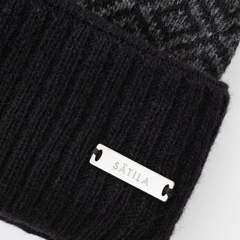 Svart och mörkgrå mössa, närbild på ribbad uppvikt kant och Sätila-label