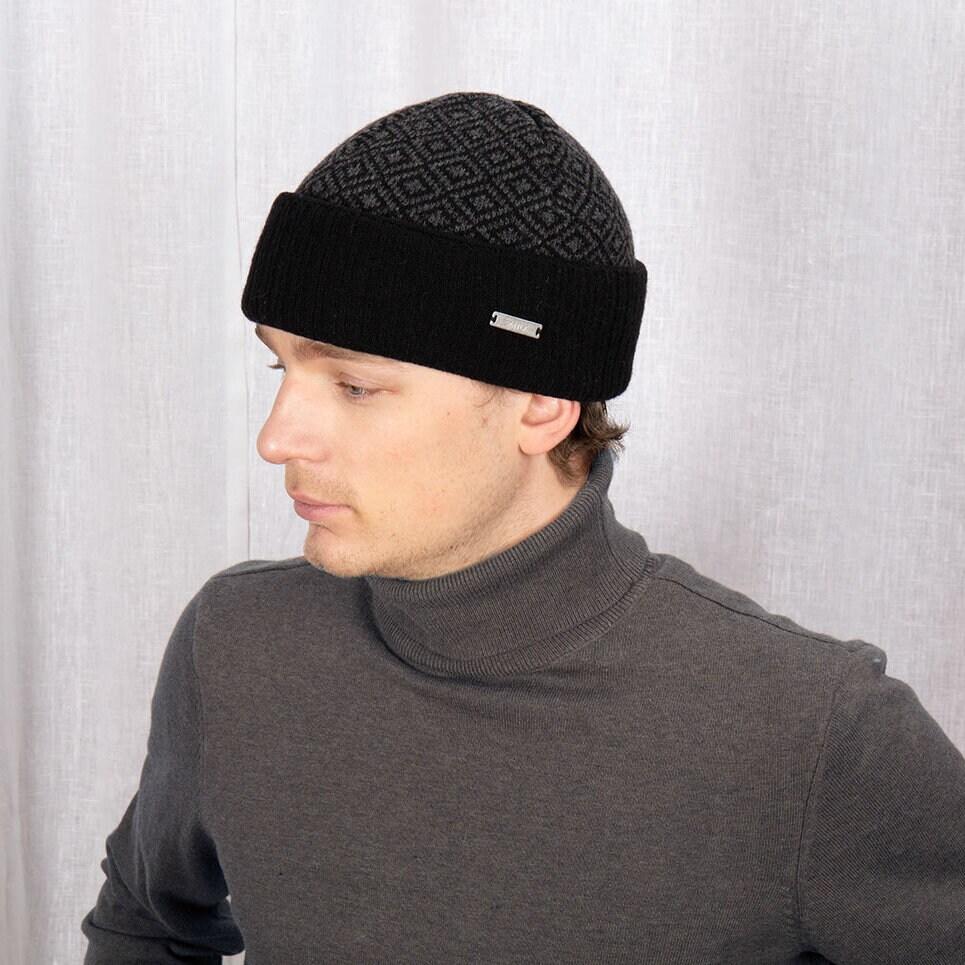 Kortare mössa i svart och grått med uppvikt kant och diskret mönster