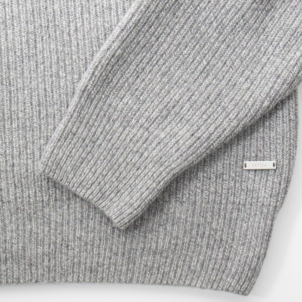 Grå stickad tröja med polokrage, närbild på muddar och Sätila-label