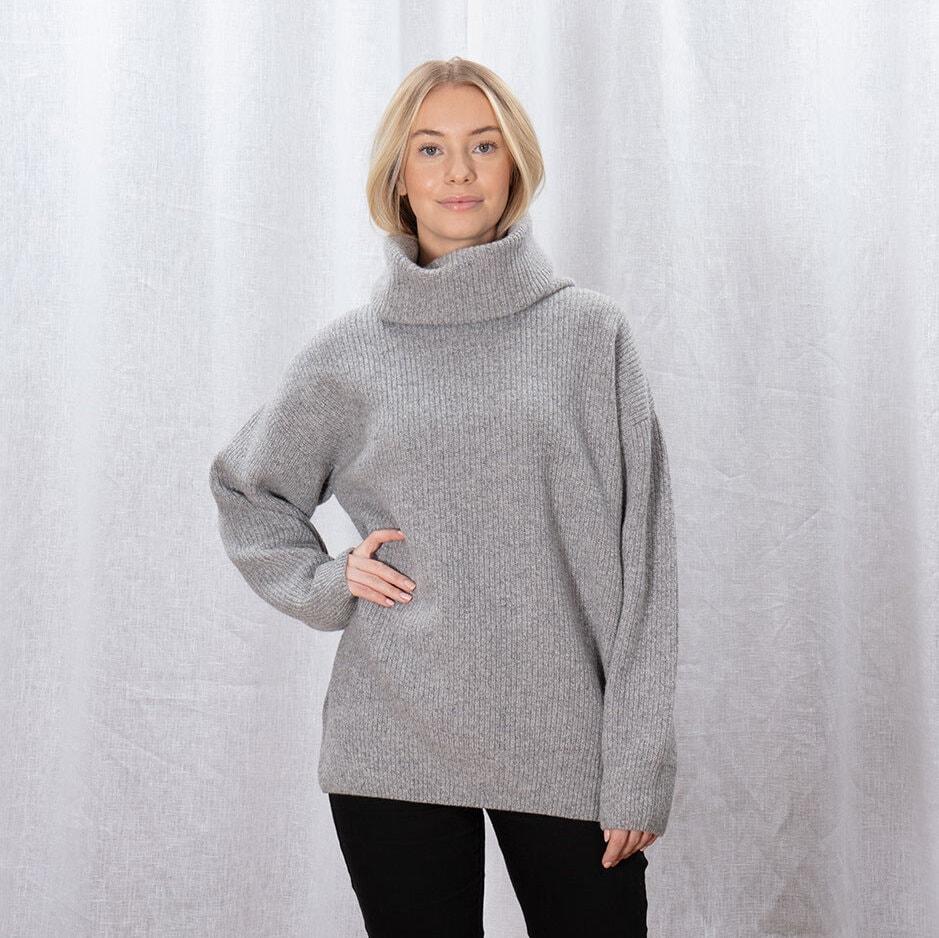 Grå stickad tröja för dam med en rejäl polokrage