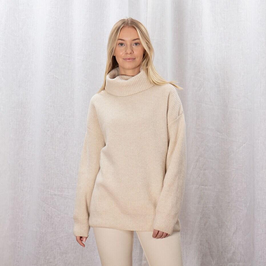 Beige/off white stickad tröja för dam med en rejäl polokrage